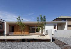 郊外に立つ平屋のコートハウスです。木製デッキのある中庭を中心に、家族の気配を感じながら楽しく暮らすすまい。趣味室のロフトや中庭を望む家族共有のワークスペースなど家族の居場所が散りばめてあります。