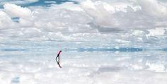 Salar de Uyuni: um dos maiores espelhos do mundo, Bolívia O Salar de Uyuni é a maior planície salgada do mundo, localizada no sudoeste da Bolívia, no altiplano andino, a 3.650 metros de altitude. Estima-se que o Salar de Uyuni contenha 10 bilhões de toneladas de sal, das quais menos de 25.000 são extraídas anualmente. Além da extração de sal, o Salar também é um importante destino turístico.