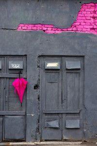 Acentos rosa flúor en fachada gris