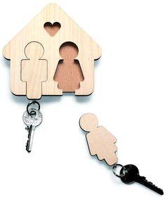 Una de las cosas en que menos se piensa cuando se decora una casa es en donde irán las llaves, que todos tenemos y no sabemos nunca donde dejar para que estén a mano pero no se pierdan. Aquí os dejamos una simpática idea-solución al problema ;)