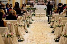 http://www.lemienozze.it/gallerie/foto-fiori-e-allestimenti-matrimonio/img21829.html  Allestimento della chiesa con fiori per il matrimonio dai colori tenui