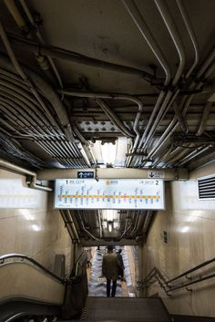 神田駅壁面と床のタイルが特徴的。渋谷側から浅草方面に向かうにつれ、ホーム幅が狭くなっている浅草方面側の改札からホームに向かう階段。天井に張り巡らされた配管が魅力 Environment Concept Art, Environment Design, Concept Art Tutorial, Cyberpunk City, Japan Street, Urban Setting, City Aesthetic, Street Snap, Ghost In The Shell
