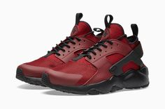 With fall officially upon us, Nike delivers with a new season-ready colorway for its Air Huarache Run. The sneaker boasts shades of red...