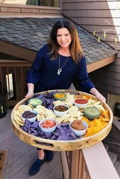 EPIC Chips and Salsa Board, the perfect potluck party food! Enjoy flavored salsas, guacamole, corn a Snacks Für Party, Appetizers For Party, Appetizer Recipes, Parties Food, Food Bar Party, Summer Party Foods, Large Party Food, Party Food Trays, Nacho Bar Party