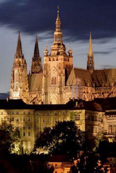 Praga, República Checa - Castillo: es el castillo antiguo más grande del mundo. Y, es un castillo donde los reyes de Bohemia, los emperadores romanos santo, y los presidentes de Checoslovaquia y la República Checa han tenido sus oficinas. Las Joyas de la Corona de Bohemia se mantienen dentro de una habitación oculta dentro de ella.