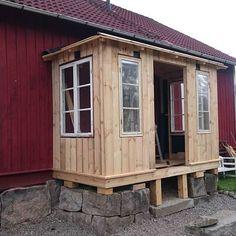 Nästa verandaprojekt är på god väg. Entrada Frontal, Glass Extension, Red Cottage, Decks And Porches, Red Barns, Dream Garden, My Dream Home, Curb Appeal, Outdoor Spaces