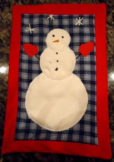 Snowman Mug Rug tutorial. This snowman quilt pattern is easy to whip up with a few scraps of fabric.
