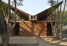 A Buddhist learning centre amongst rural groves Exterior facade and building of 'Jetavan' – a buddhist skill development center captured by Edmund Sumner. Tropical Architecture, Brick Architecture, Vernacular Architecture, Architecture Awards, School Architecture, Sustainable Architecture, Sustainable Design, Contemporary Architecture, Architecture Details