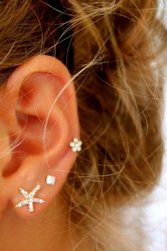 these piercings and earrings are super cute Lobe Piercing, Piercing Tattoo, 2 Ear Piercings, Triple Ear Piercing, Tatuaje Piercing, Second Piercing, Peircings, Ear Jewelry, Jewelry Tattoo