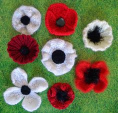 Hippystitch: How to make . Knitted Poppies, Christmas Wreaths, Christmas Cards, Poppy Pattern, Baby Layette, Yarn Bombing, Mini Bottles, Red Poppies, Pin Cushions