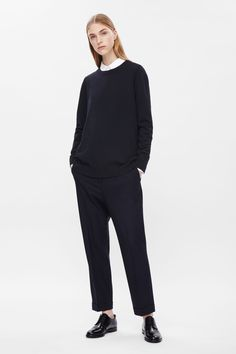 Designed for everyday wear, this classic round-neck jumper is made from finely knitted cotton. It has a slight oversized fit, a simple round neckline, long sleeves and tightly ribbed edges.