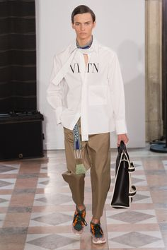 Valentino Spring 2018 Menswear Fashion Show Mens Fashion Week, Fashion Show, Paris Fashion, Fashion Brands, Menswear, Unisex, Runway, Collection, Valentino Men