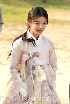 Kim Yoo Jung in Hanbok! Korean Traditional Clothes, Traditional Fashion, Traditional Dresses, Korean Women, Korean Girl, Asian Girl, Korea Fashion, Asian Fashion, Korea Dress