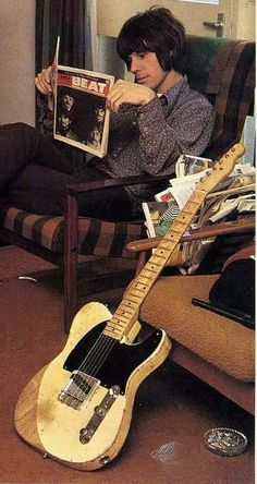 Jeff Beck, a Fender Telecaster and The Beatles Music Guitar, Cool Guitar, Playing Guitar, Guitar Body, Jeff Beck, Beatles, Inspirer Les Gens, Fender Esquire, Style Année 60