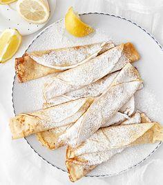 Palačinky s cukrem a citronem     16-24 palačinekPříprava 10 minOdležení 2 hodOpékání 20 min      4 větší vejce     550 ml plnotučného mléka     250 g hladké mouky     1 lžíce krupicového cukru     špetka soli     60 ml rozpuštěného másla     přepuštěné máslo na opékání palačinek     moučkový cukr a citron k podávání  V robotu nebo ručně metličkou prošlehám nejdřív vejce s mlékem, přisypu mouku, cukr a sůl a znovu prošlehám. Nakonec vmíchám rozpuštěné máslo. Připravené těsto dám do lednice a…