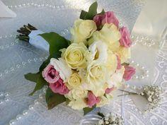 Nυφικο μπουκέτο με λευκά τριαντάφυλλα ροζ κ λευκό λυσιανθο