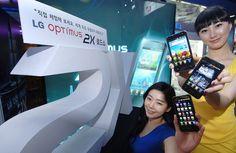 LG전자가 10일부터 세계최초 듀얼코어 스마트폰 '옵티머스 2X(Optimus 2X, 모델명: LG-SU660)'의 체험 행사를 진행한다. 여성 고객들이 삼성동 코엑스몰 내 'LG 싸이언 플래닛'홍보관에서 제품을 소개하고 있다.     http://hc.com.vn  http://hc.com.vn/vien-thong  http://hc.com.vn/vien-thong/dien-thoai-di-dong.html