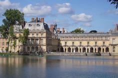 Demeure des rois de France du couronnement de Louis VII en 1137 à la chute du Second Empire en 1870, le Château de Fontainebleau renferme aujourd'hui un musée consacré à l'empereur Napoléon Ier et à sa famille.