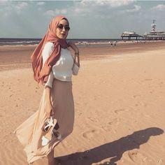 42 new Ideas style hijab pantai Hijab Fashion Summer, Spring Fashion Outfits, Arab Fashion, Muslim Fashion, Muslim Girls, Muslim Women, Ootd Poses, Cream Outfits, Hijab Collection