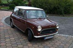 Dieser Mini Innocenti (BJ 1973) mit 4 Sitzen kann bei der Vermietung Schratzenthaller (oldtimer-verleih.at) aus Wien angemietet werden.