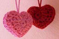 Návod – háčkované srdíčko – Lenka Hurychová Free Knitting, Knit Crochet, Free Pattern, Diy And Crafts, Crochet Earrings, Crochet Patterns, Christmas Ornaments, Holiday Decor, Crochet Hearts