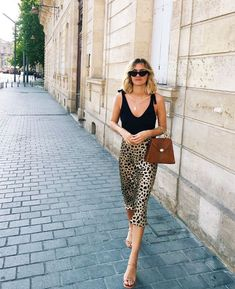 French style, French Fashion, outfit ideas, outfit inspiration, blogger style, blogger fashion, leopard skirt, leopard print, leopard print skirt, nude sandals, leopard skirt outfit, black top, tie top, summer outfit
