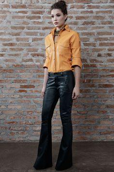 Calça pantalona de couro preto e camisa de couro laranja - Patricia Motta Inverno 2016