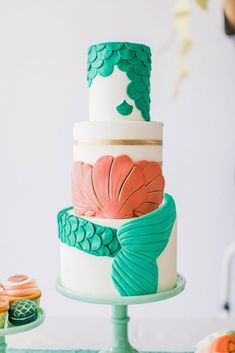 """Este bolo inspirado na """"Pequena Sereia"""".   13 bolos de casamento inspirados na Disney para transformar sua festa em um conto de fadas"""