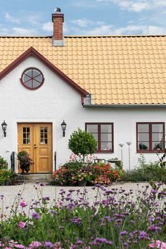 Hemma hos Karolina Brising och Anders Hörnell i Dalby Swedish Cottage, Red Cottage, Swedish House, Deco Design, Exterior Design, Future House, Beautiful Homes, Home And Garden, House Design