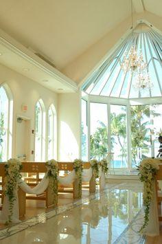 An atrium glass altar fills the Paradise Cove Crystal Chapel with Hawaii sunshine | #hawaii #wedding #venue