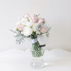 Flowers arrangement for brides and bridesmaids wedding. Photo by Dreampeeks Photography.