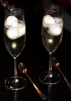 Spoom, een feestelijk tussengerecht! Schep in een glas 3 bolletjes citroensorbetijs. Vul het glas bij met Champagne. Serveer direct. Liever geen Champagne? Het kan ook met frisdrank b.v. Seven-up.