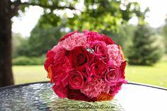 Punainen hääkimppu, ruusu, neilikka - Red wedding bouquet - Photographer Mari Lehtisalo
