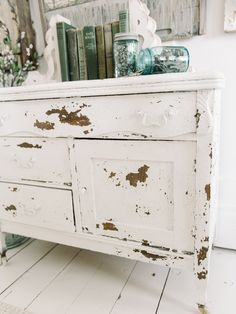 Vintage Furniture Chippy White Dresser with Salt Wash Shabby Chic Bedrooms, Shabby Chic Homes, Shabby Chic Decor, Small Bedrooms, Guest Bedrooms, Farmhouse Furniture, Shabby Chic Furniture, Vintage Furniture, Bedroom Furniture