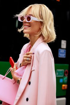 Street Style at Milan Fashion Week Was Bright and Bold Best Fashion Designers, New Fashion Trends, Fashion Ideas, Pink Fashion, Paris Fashion, Fashion Outfits, Trendy Suits, Glamour, Cool Street Fashion