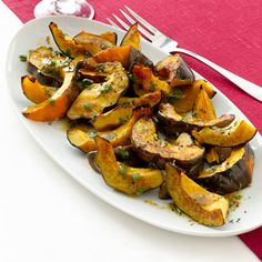 Bring additional seasonal ingredients to the Thanksgiving table this year, with apple cider-roasted acorn squash. Vegetable Side Dishes, Vegetable Recipes, Frango Chicken, Thanksgiving Recipes, Thanksgiving Table, Holiday Recipes, Cooking Recipes, Healthy Recipes, Healthy Snacks