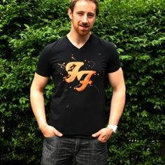 (DIY - Bleach painted shirt) Do it yourself! Bleach painted shirt using a freezer paper stencil. I was sold as soon as I noticed the Foo Fighters logo… Bleach Shirt Diy, Diy Shirt, Bleach Art, Foo Fighters, Shirt Tutorial, Diy Tutorial, Vintage Funny Quotes, Freezer Paper Stenciling, Paint Shirts