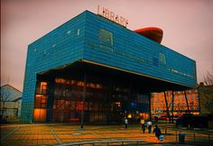 The futuristic, award-winning Peckham Library in south London has been designed by the architects William Alsop Jan Störmer. Rome, Container Buildings, Dream Library, South London, Library Design, Blog Voyage, British Library, Wonders Of The World, Futuristic