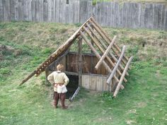 Viking building techniques for earth houses Grubenhaus Wikipedia Bushcraft Camping, Camping Survival, Outdoor Survival, Survival Prepping, Survival Skills, Camping Diy, Homestead Survival, Wilderness Survival, Bushcraft Projects