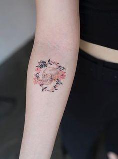 Tatuagens femininas: 600 inspirações de todos os estilos e tendências Floral Skull Tattoos, Skull Tattoo Flowers, Skull Girl Tattoo, Skull Tattoo Design, Flower Tattoos, Flower Skull, Small Skull Tattoo, Mini Tattoos, Body Art Tattoos