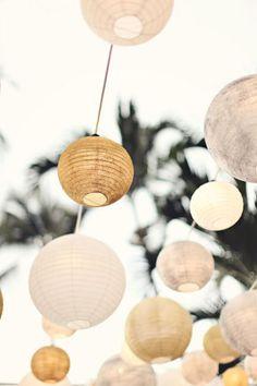 Como camino de mesa y decoración colgante. Boda rústica y campestre con tela arpillera. Imagen: Style Me Pretty