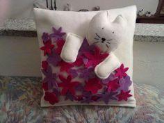 Cojin Gatito Dog Crafts, Crafts For Kids, Plastic Baskets, Cat Quilt, Cat Pillow, Felt Cat, Cat Pattern, Fabric Scraps, Textiles