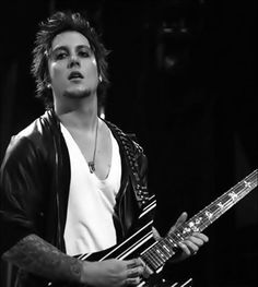 Synyster Gates ~ Avenged Sevenfold Just love the expresion on his face ............ :)