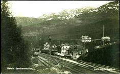 Nordland fylke Narvik Jernbanestation. Fint kort med togsett, og en litt tagg av Tøtta i bakgrunnen Utg Narviks Bokh. tidlig 1900-tallet