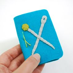Wild Olive: Easy Felt Needle Book Felt (I recommend wool felt) Embroidery floss Perle Cotton Scissors (regular and pinking) Needle (you may want to have both tiny and large) Needle Book, Needle Case, Felt Kids, Needle Felting Tutorials, Sewing Crafts, Sewing Projects, Sewing Kits, Sewing Ideas, Hand Sewing