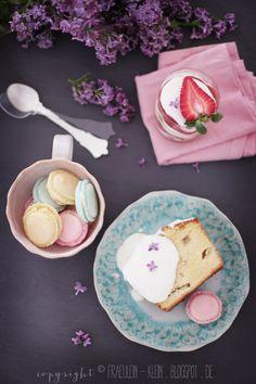 erster Flieder, Rhabarber Joghurtkuchen, Macarons und Erdbeer-Rhabarber-Tiramisu mit Karamell von Fräulein Klein