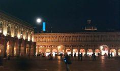 La luna su #Bologna che pare una luce di Natale: