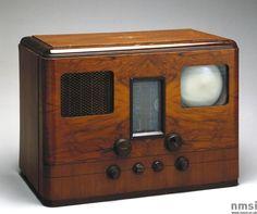 English 1938 H.M.V. television and radio receiver. Model No. 905. Serial No. 3257.