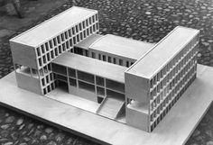 Cesare Cattaneo 1939 viene presentato il progetto definitivo per la Sede dell'Unione dei Lavoratori dell'Industria, che porta la firma di Cesare Cattaneo Pietro Lingeri e Luigi Origoni: iniziano dunque i lavori che si concluderanno nel 1943