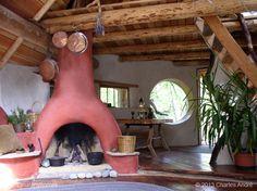 Mientras sueñas con construir tu propia casa natural toma unas cuantas ideas de diseño de esta casa de cob canadiense. Quizás sea el momento de comenzar un album de diseños. Descubre más en www.naturalhomes.org/es/homes/charles-cob.htm
